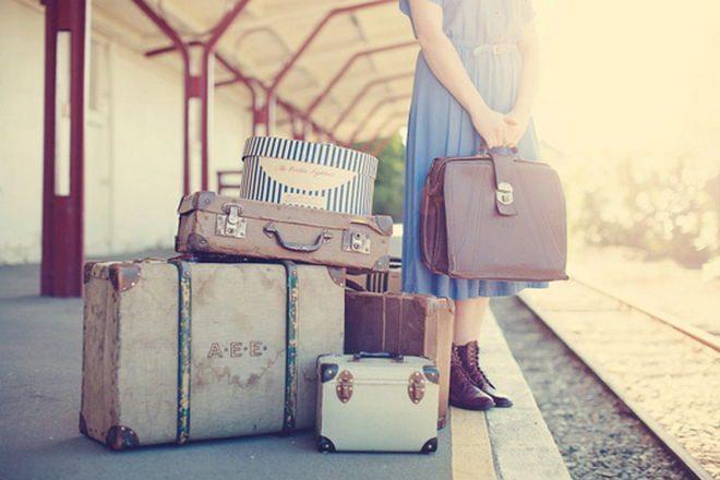 Resultado de imagen de mujer con maletas triste