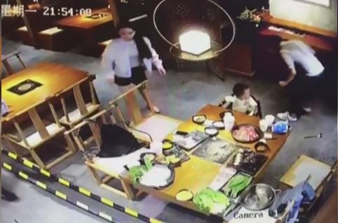 Sorprende moglie a cena con un uomo e lo sfigura con il brodo bollente