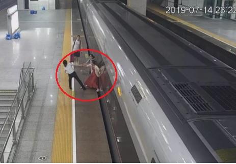 Perde il treno per pochi minuti, impazzisce alla stazione