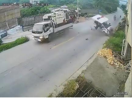 Non si ferma al posto di blocco e fa volare il poliziotto: l'impatto è impressionante