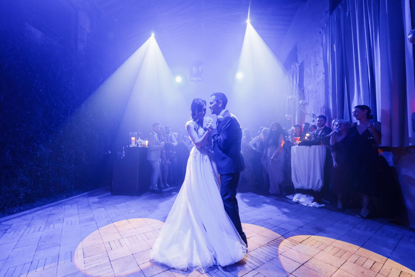 Matrimonio finisce in tragedia: sposa avvolta dalle fiamme durante la festa