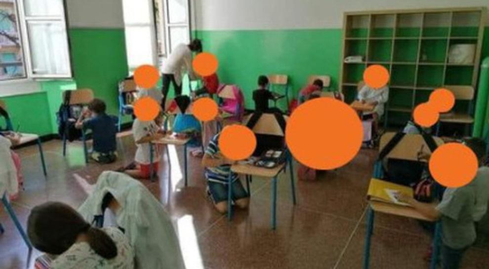Bimbi senza banco e in ginocchio: la foto fa il giro del web