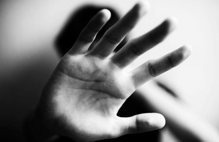 Bidello psicologicamente fragile abusava di minori: incubo a Brescia