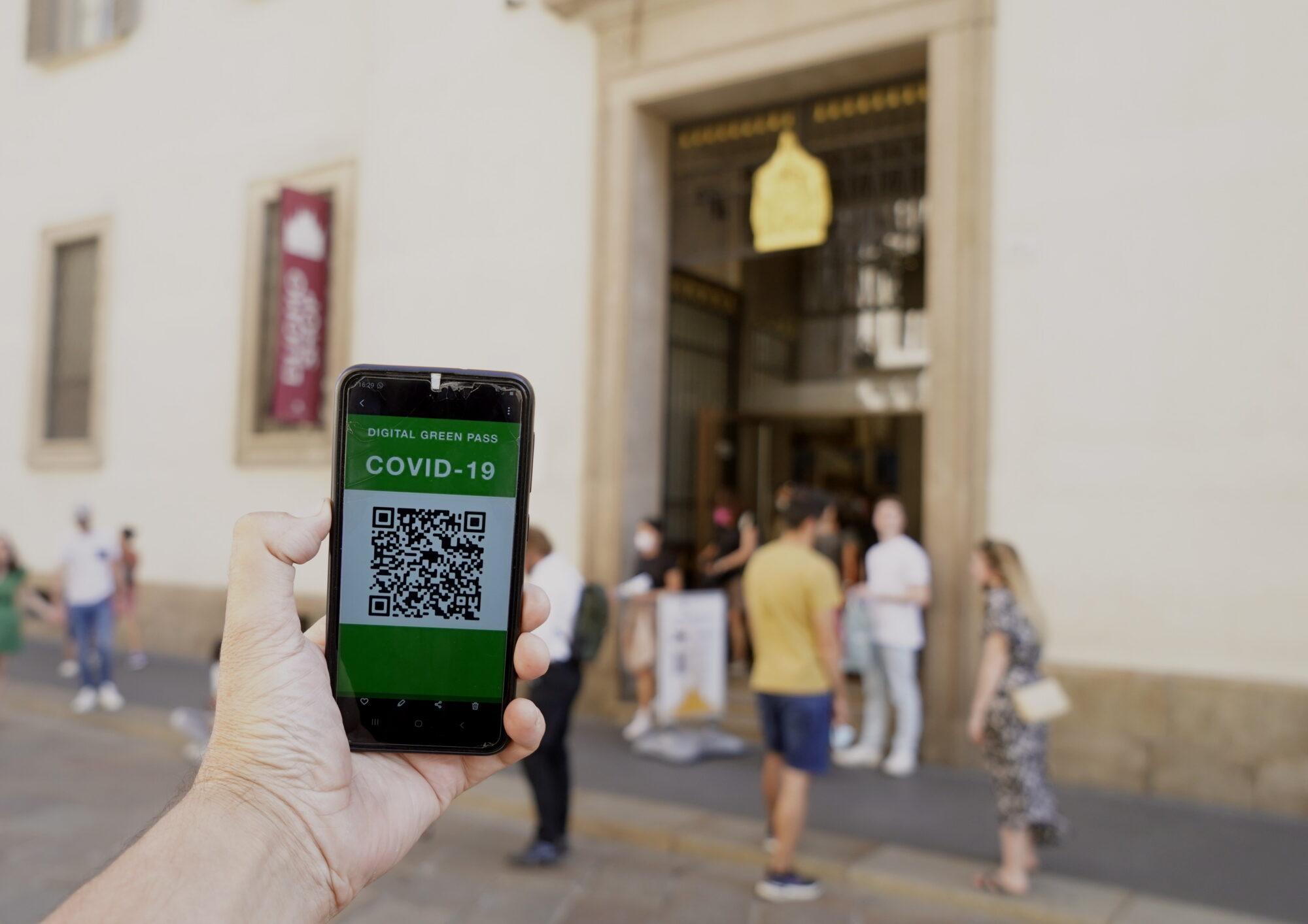 Green pass revocato in Italia: notizia vera, bufala invece il blocco fiscale
