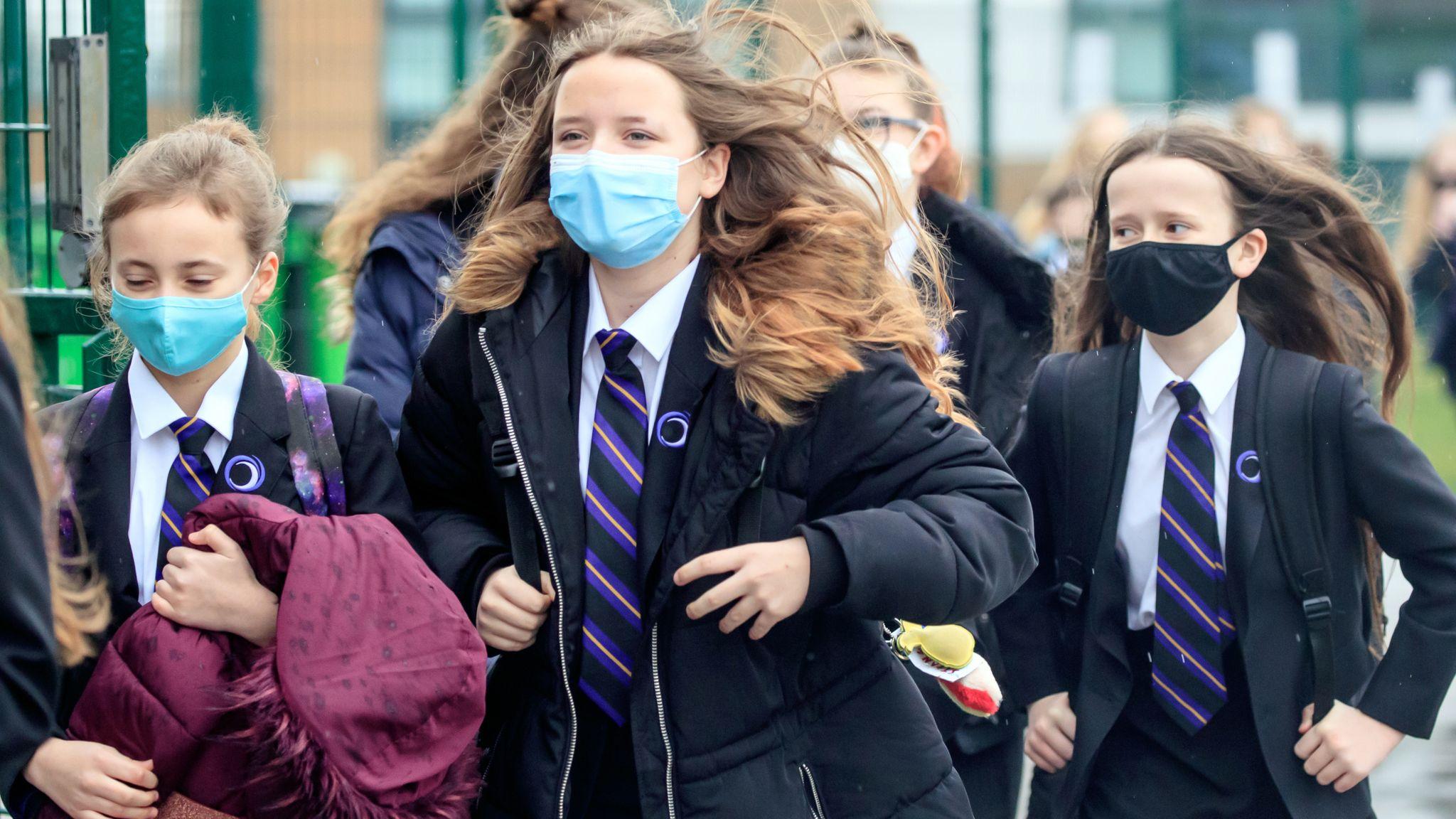 Gran Bretagna, no ai vaccini under 16: infiammazioni cardiache, rischio da non correre