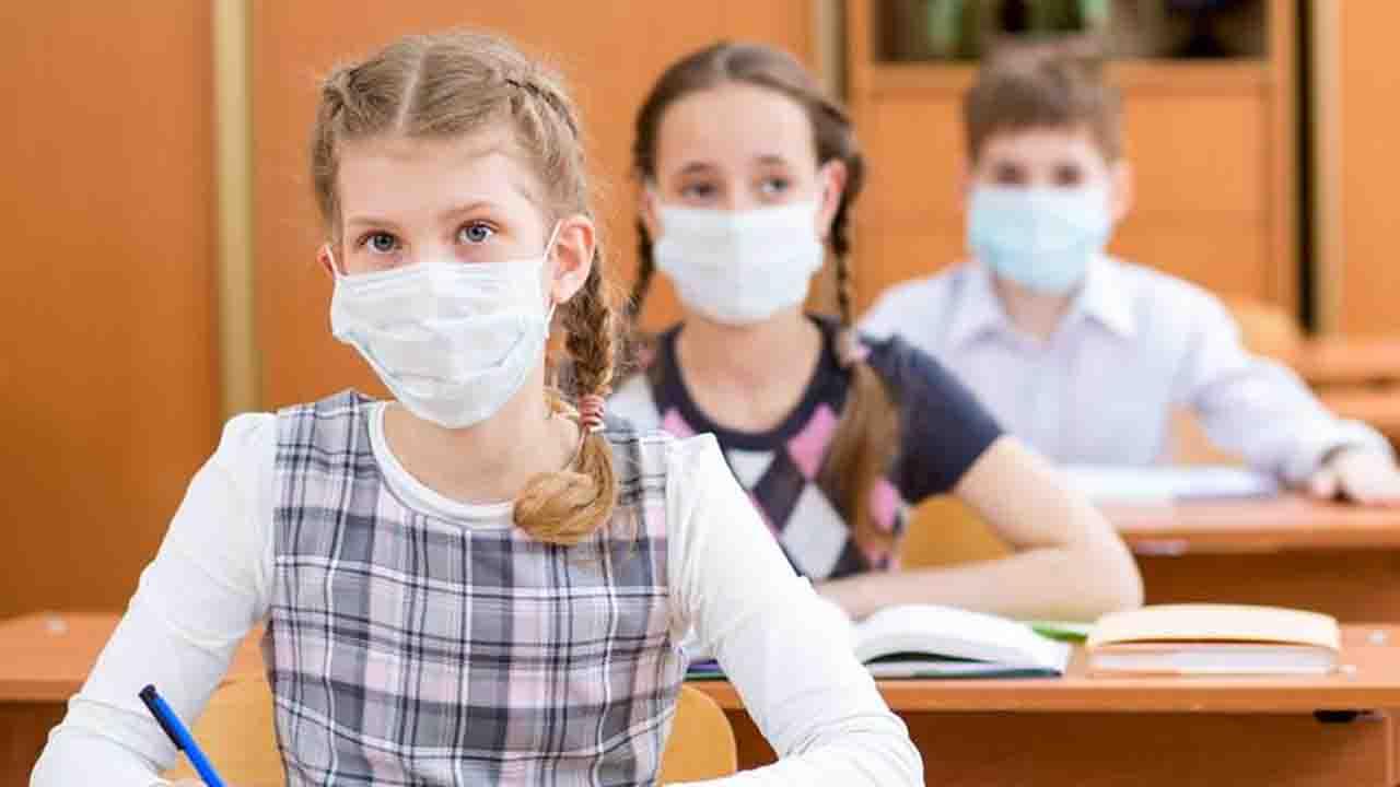 Niente mascherina in classe, ma devono vaccinarsi tutti: rischio bullismo, esplode la polemica