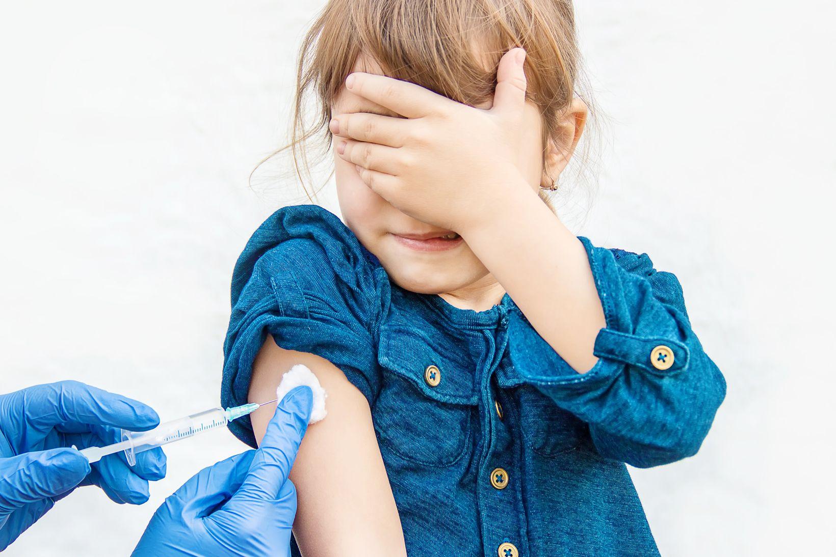 Obbligo vaccinale scuola: subito personale e studenti over 12, poi anche i bambini